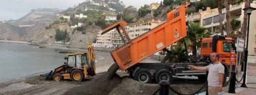 El Ayuntamiento de Almuñécar regenera la playa de Cotobro