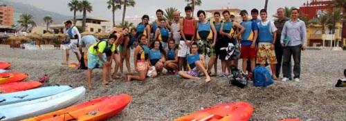 Una veintena de estudiantes del IES Al Andalus visitan con piraguas los Peñones del Santo