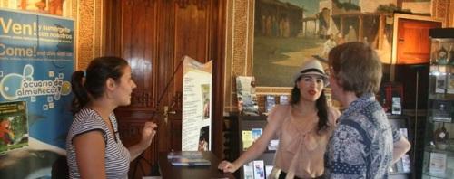 Las oficinas de turismo de Almuñécar atendieron en los primeros seis meses a más de 34.000 turistas