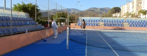 Cambio de pintura de las pistas de tenis del complejo deportivo de Río Verde