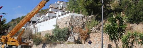 Retirada de piedaras que amenazaban con caer sobre algunas casas de la Urbanización Cármenes del Mar en La Herradura