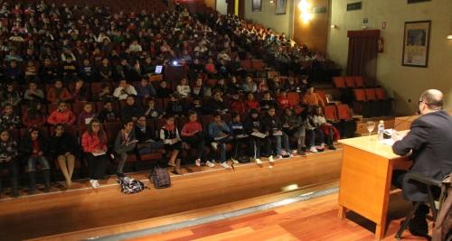 Alumnos de centros educativos de Almuñécar recorre las dependencias de Consistorio sexitano y asisten a una conferencia sobre la Constitución