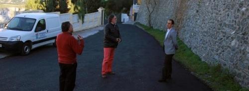 El Ayuntamiento de Almuñécar invierte casi 50.000 euros en una campaña de asfaltado de viales urbanos. La campaña se lleva a cabo con medios propios y se desarrollará hasta medios de enero, según informó el concejal de Mantenimiento, José Manuel Fernández