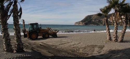 El Consistorio sexitano elimina los efectos de las lluvias en las playas del municipio de cara de cara las fiestas que se avecinan