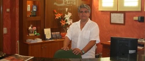 El hotel Victoria Playa de Almuñécar celebra hoy un almuerzo solidario a beneficio de Cáritas. El aforo esta completo desde hace una semana con 225 comensales, según su director, José Andrés Fernández