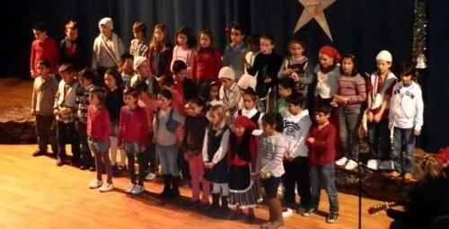 Los alumnos de los centros Infantiles y de Primaría del municipio cantaron a la Navidad antes del inicio de las vacaciones