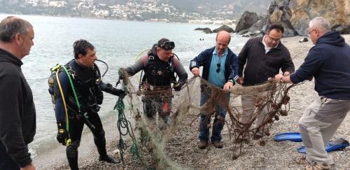 Buceadores recuperan y retiran del fondo del mar dos redes pesca ilegales