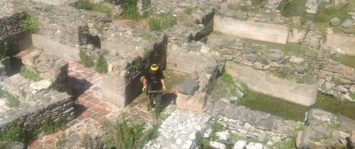 El Ayuntamiento lleva a cabo la limpieza de la factoría de salazones