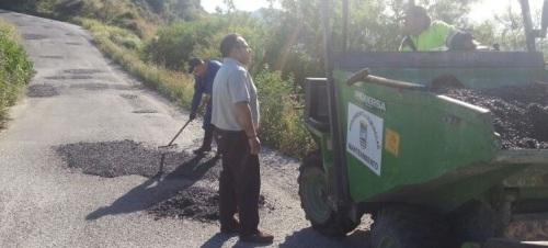 Bacheo en el vial principal de acceso a El Cerval y Rescate desde la Cuesta el Marchante