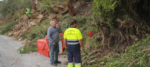 El Ayuntamiento de Almuñécar acomete la limpieza y poda de los accesos a Cotobro y El Montañés