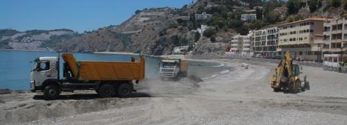 Almuñécar regenera la playa de Cotobro ante la llegada del verano