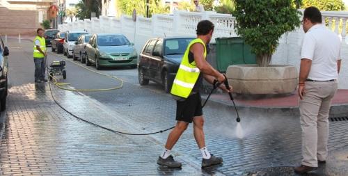 La Herradura cuenta con una maquina especial de baldeo para la limpieza de la vía pública