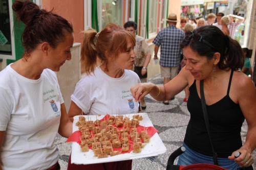 El Taller de Empleo ofrece una degustación del postre típico cazuela mohína