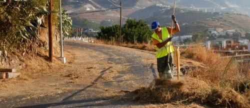 El Ayuntamiento de Almuñécar lleva a cabo la limpieza y desbroce de caminos urbanos y rurales