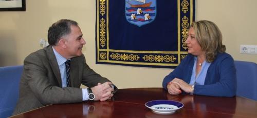Trinidad Herrera, alcaldesa de Almuñécar,  junto a Santiago Pérez, subdelegado del Gobierno en Granada