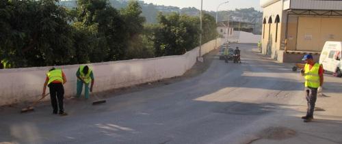 Almuñécar acomete la limpieza de la carretera comarcal que une el centro con Torrecuevas y las poblaciones vecinas del Valle de Rio Verde.