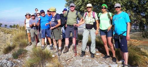 Casi una treintena de senderistas subieron al pico Bocá de la Pesca y Dílar