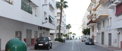 El Ayto. de Almuñécar realiza mejoras en la iluminación de la calle Eucalipto