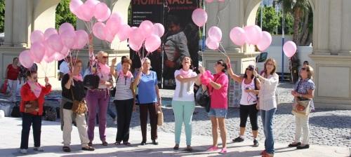 Lazos y globos contra el cáncer de mama en Almuñécar