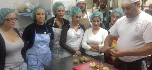 Jóvenes sexitanos participan en un taller de Cocina Creativa