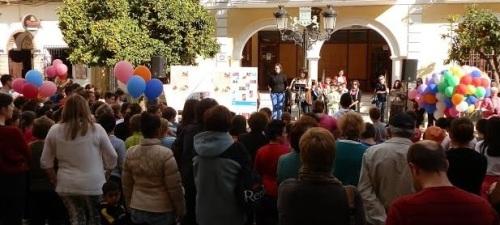 Suelta de globos y lectura de un manifiesto por el Día del Niño