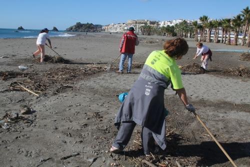 Limpieza de las playas sexitanas tras el temporal de lluvia, viento y oleaje