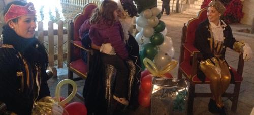 El Cartero Real recoge las misivas de los niños en la plaza del Ayuntamiento de Almuñécar