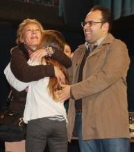 AFORTUNADA ABRAZA A SU MADRE EN PRSENCIA DEL TENIENTE DE ALCALDE 2