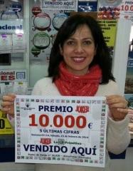 MARIA TERESA MUESTRA EL CARTEL CON EL PREMIO DEL JOKER 2