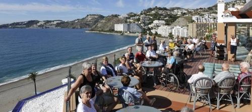 Turistas disfrutando de la terraza del Hotel Helios de Almuñécar