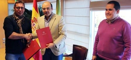 Sebastián Pérez firma el convenio que permitirá construir nueve viviendas para familias de Jete