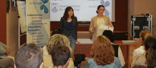 María del Mar Medina, concejal de Juventud y Empleo, junto con Maika Díaz Vigo, representante de la empresa sexitana Gestión Lab Almuñécar SL,