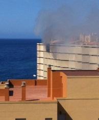 Aparatoso incendio en la novena planta del edificio Chinasol de Almuñécar