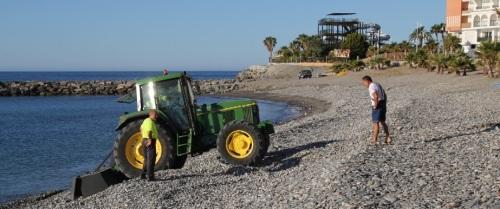 Almuñécar corrige los efectos del temporal de levante en Playa Velilla