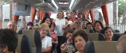 Trinidad Herrera, alcaldesa de Almuñécar, acude a despedir a la mayores.