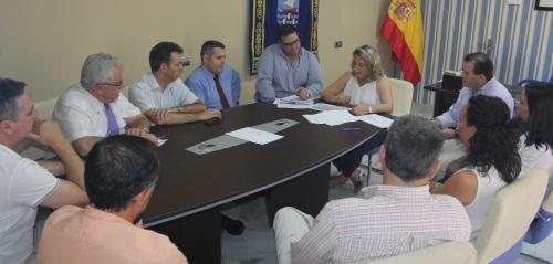 La alcaldesa, Trinidad Herrera, se reúne con los hoteleros de Almuñécar