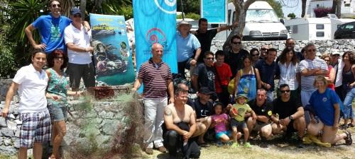 Buceadores recuperan del fondo de mar una batería de barco y redes de pesca en la jornada de limpieza de fondos marinos