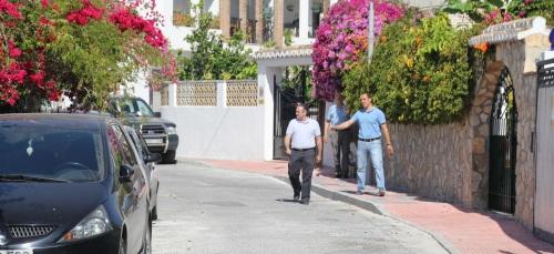 """José Manuel Fernández Medina, concejal de Urbanismo, gira visita al barrio Fígares para conocer """"in situ"""" los trabajos de acerado y urbanismo"""