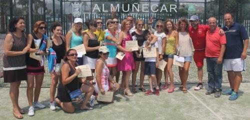 Entrega de premios a participantes en el III Open Pádel Femenino de Almuñécar