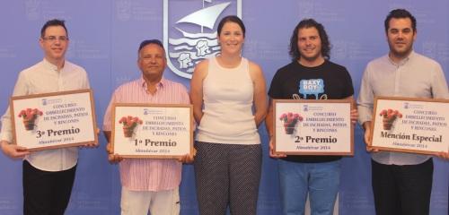 La concejal de Relaciones Institucionales, María del Mar Medina, con los galardonados en el I Concurso Municipal de Embellecimiento de Fachadas y Patios