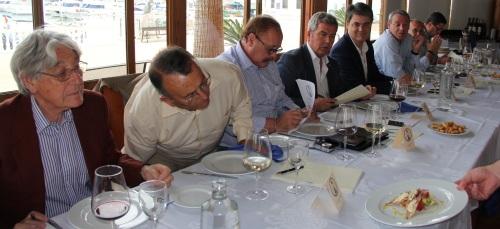 Los miembros del jurado califican los distintos platos participantes en Gastronaútico