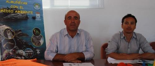 Luis Aragón, junto al técnico de Medio Ambiente, Carlos Ferrón, presenta el programa de actividades del Mes del Medio Ambiente