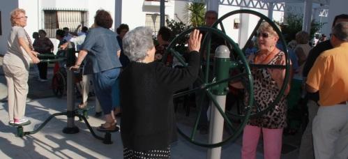 Mayores utilizando los aparatos de ejercicios en el parque saludable del complejo de la Tercera Edad de la Avenida Juan Carlos I de Almuñécar
