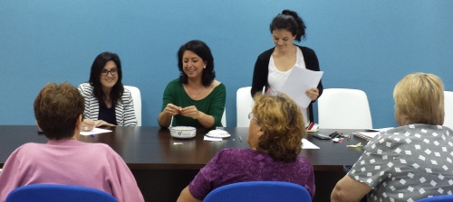 María del Carmen Reinoso (centro), Concejal de Bienestar Social y Tercera Edad, en el sorteo del que saldrán los mayores que viajarán a la Linea de la Concepción
