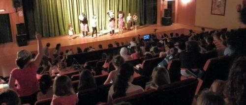 Un millar de alumnos han disfrutado hoy del teatro en Almuñécar