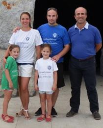 El concejal de Medio Ambiente de Almuñécar, Luis Aragón, junto con la familia que ha completado el visitante un millar