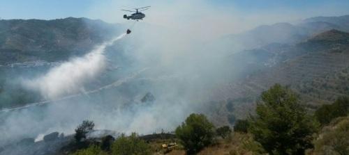 HELICOPTERO SUELTA AGUA SOBRE EL INCENDIO EN ALMUÑECAR 14  (1) 2