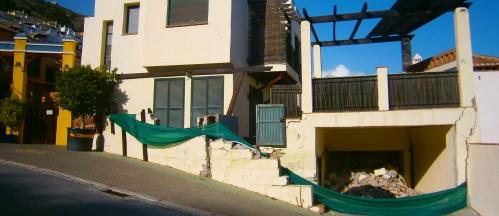 Una de las casas gravemente afectadas por los deslizamientos de tierras en la ladera donde se ubica la urbanización Cármenes del Mar