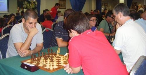 Jorge Fernández Montoro, con polo celeste, campeón del torneo de ajedrez de Almuñécar