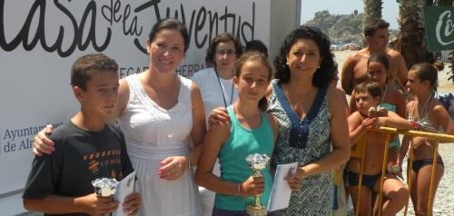 María del Carmen Reinoso, concejal de Bienestar Social, y María del Mar Medina, concejal de Juventud y Fiestas, en la entrega de premios del concurso de castillos de arena
